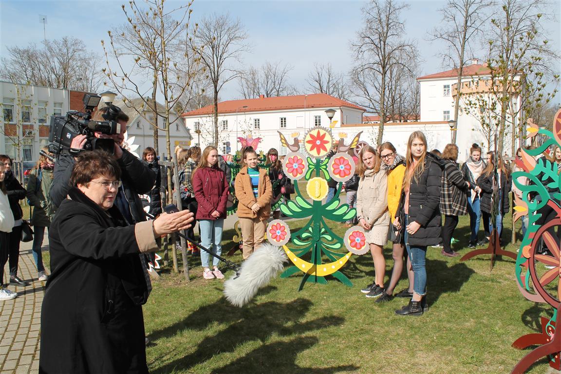 2019-04-15-Kultūros rūmų prieigas papuošė gyvybės medžiai