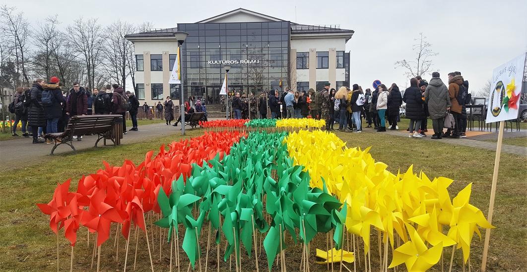 2020-03-10 Kultūros centro alėją papuošė Laisvės malūnėliai