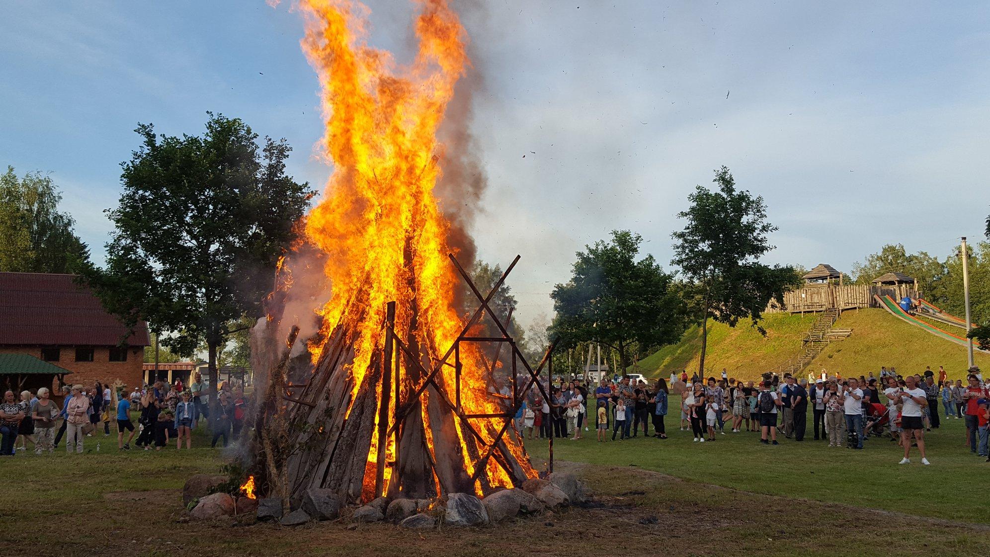 2020-06-23 Taurų nuotykių parke vėl degė Joninių laužai