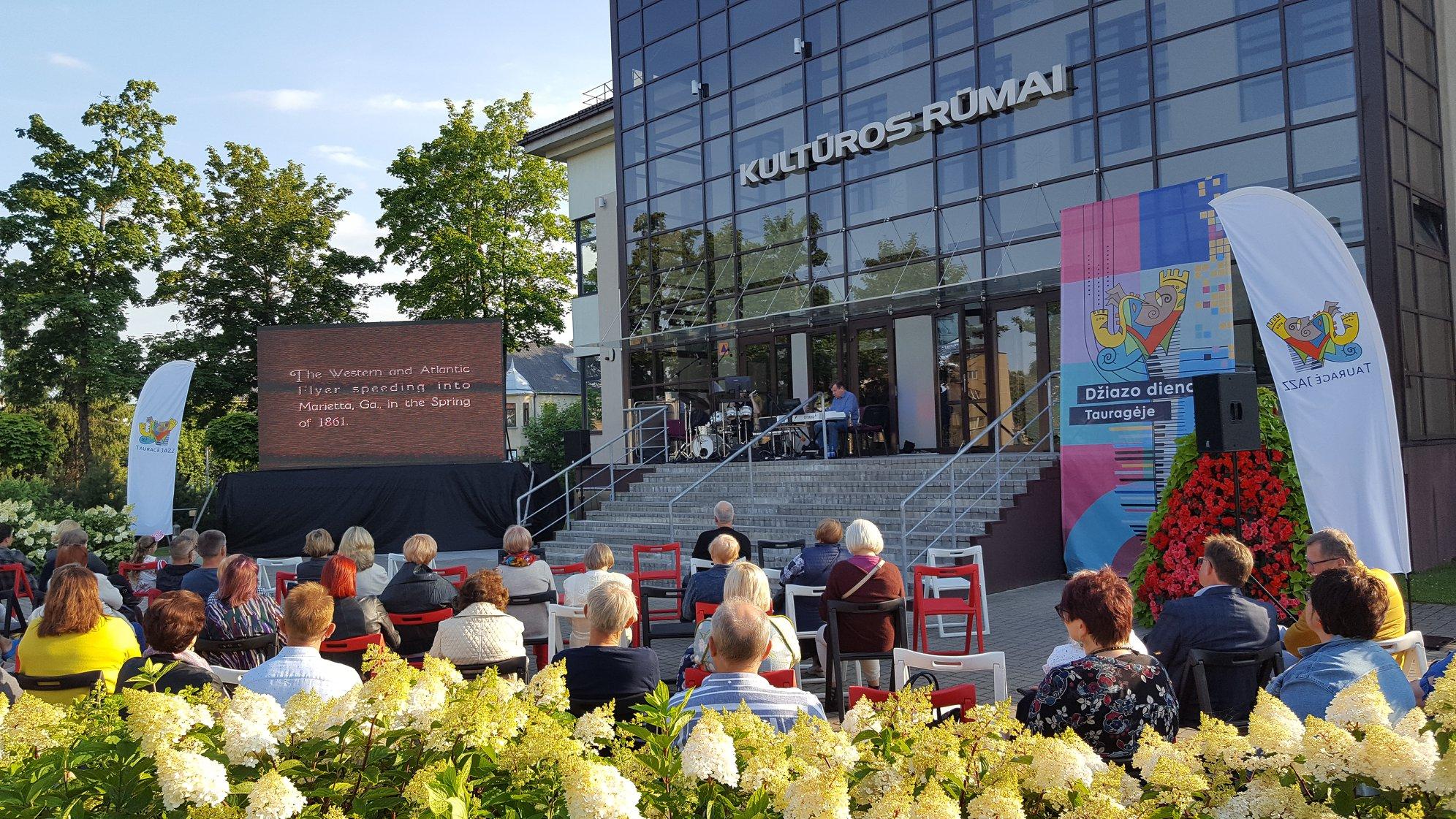 2020-07-16 Nebylus filmas ir unikalios džiazo improvizacijos prie Tauragės kultūros rūmų