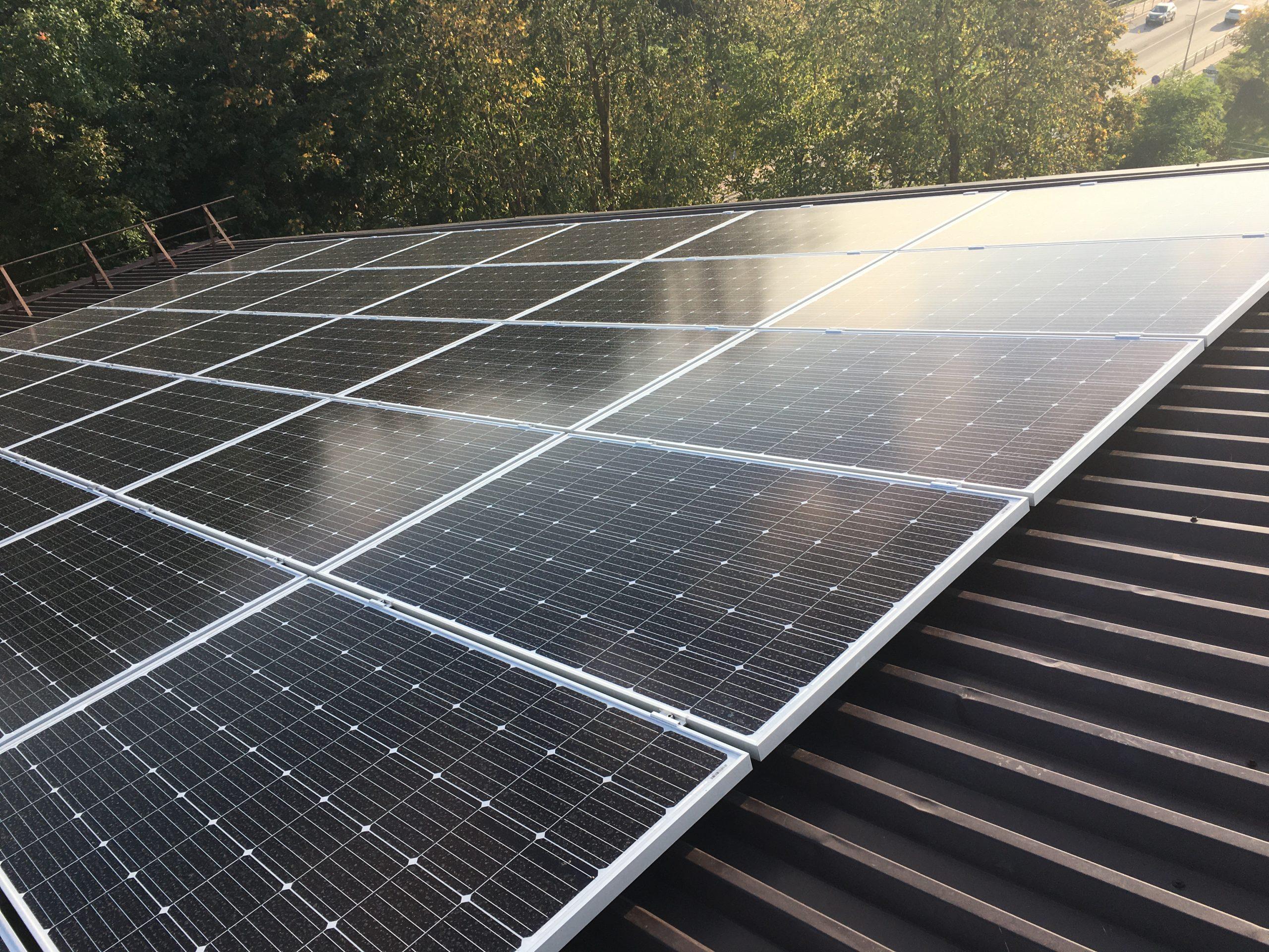 2020-10-26 Tauragės kultūros centre intensyviai vyksta saulės fotovoltinės elektrinės įrengimo darbai