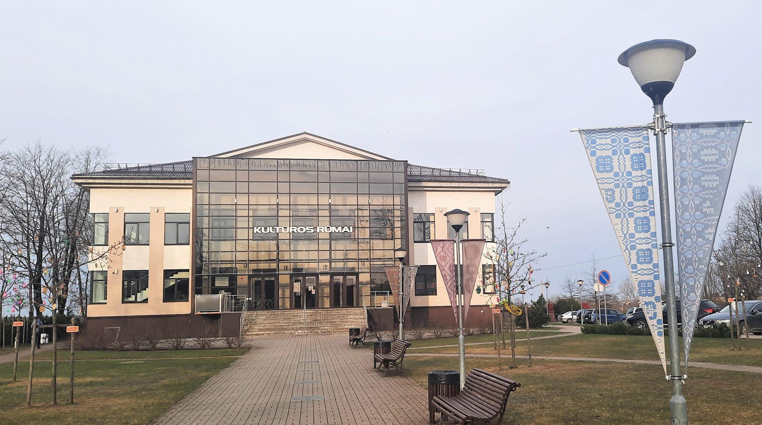 2021-04-12 Tauragės kultūros centro alėjoje – unikalios audinių parodos atspindžiai