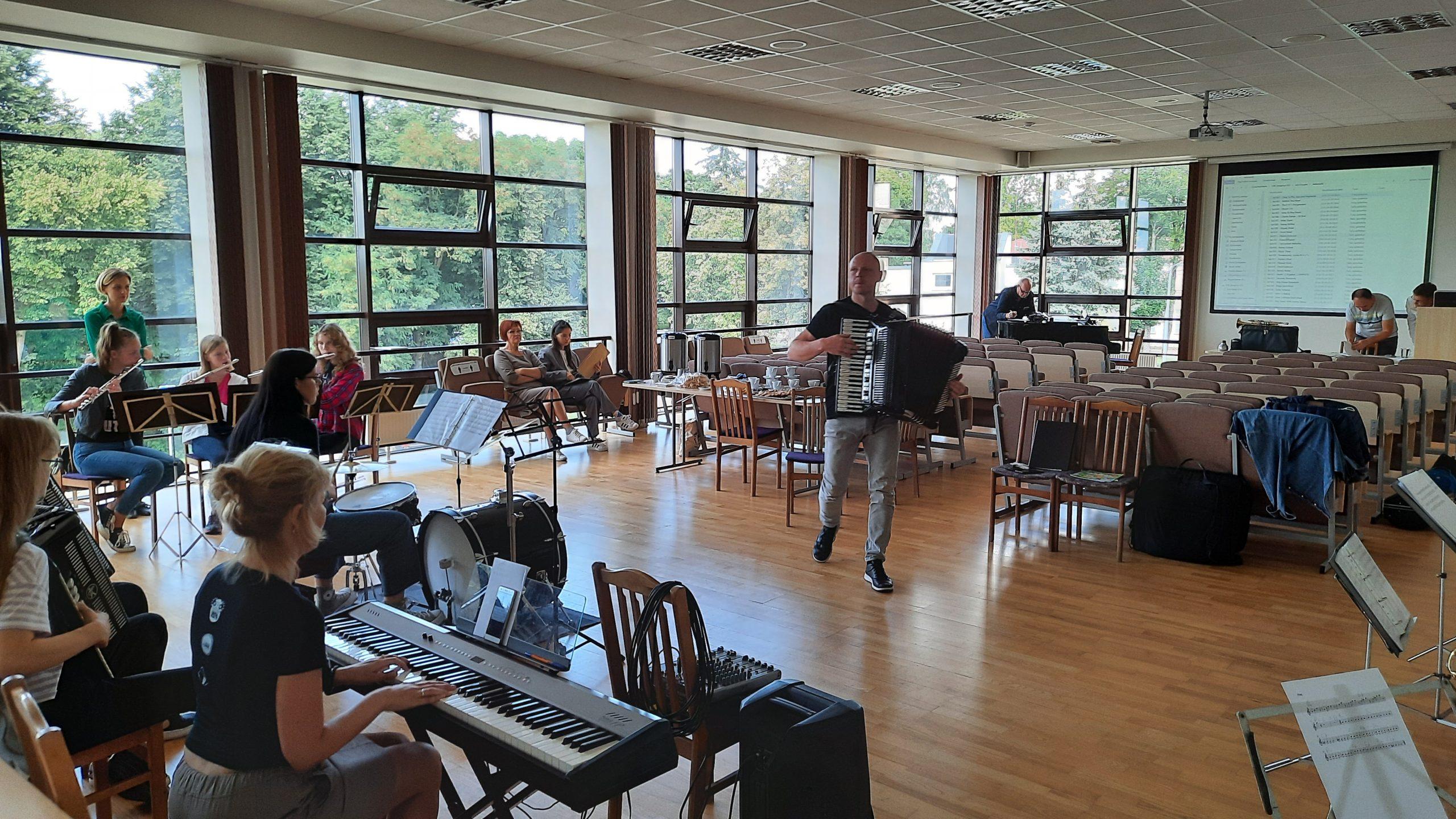 2021-08-23 Rugpjūčio 23-ąją Tauragės kultūros centre startavo jaunimo džiazo orkestro stovykla